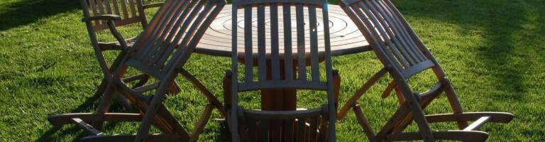 Drewniane krzesła i stół w ogrodzie