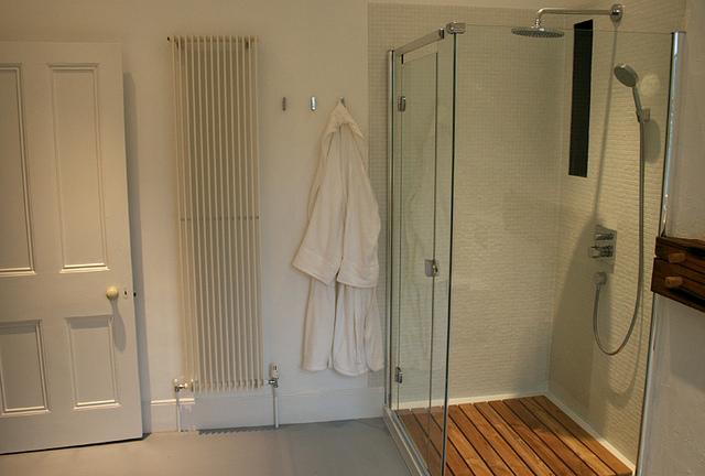 Biała łazienka z prysznicem