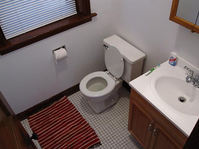 Łazienka z oknem i drewnianymi elementami