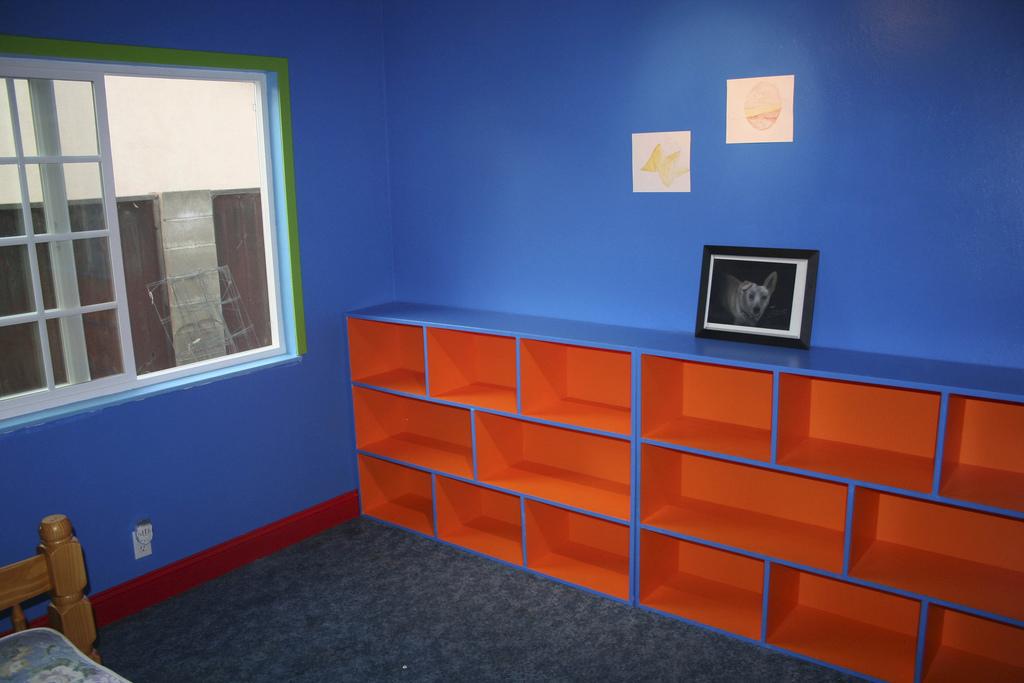 Niebieskie ściany w pokoju dziecięcym