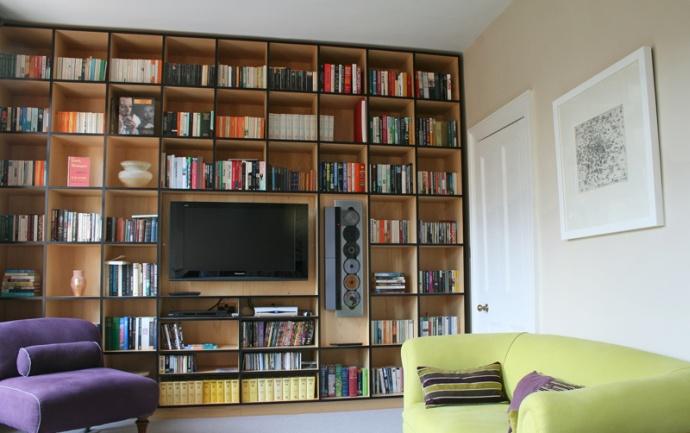 Salon ze ścianą pełną książek