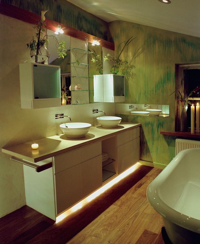 Ciepła, zielona łazienka z kwiatami